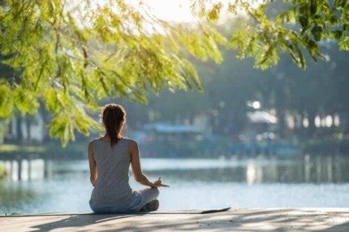 En kvinna som mediterar själv.