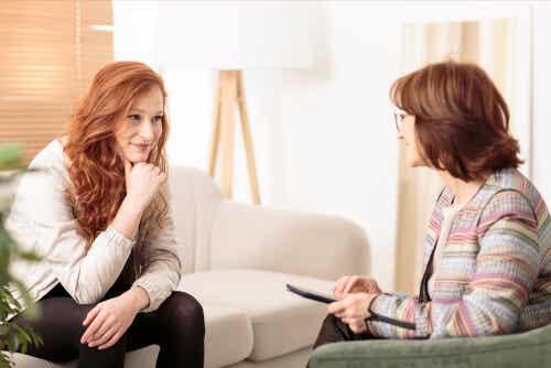Een jonge vrouw tijdens een therapiesessie.