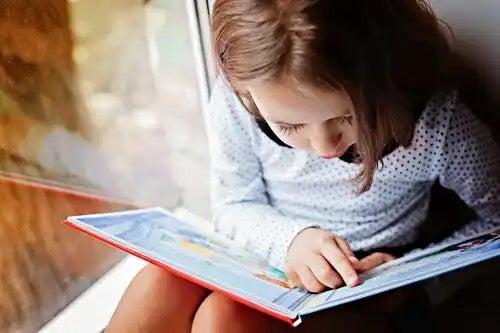 Et barn som leser.