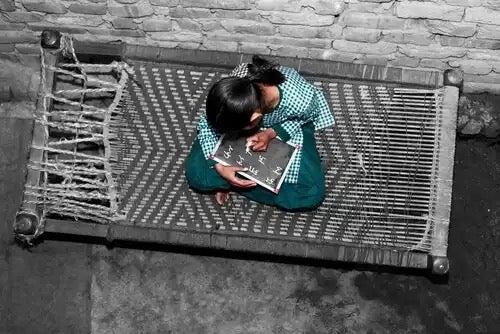 Intialainen tyttö oppii.
