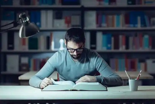 En man som studerar.