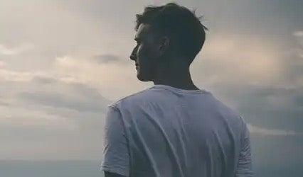 En man som tittar ut i fjärran.